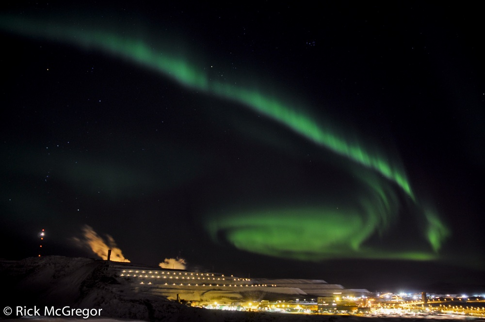 Ett grönskimrande ljus på mörk himmel b6eb1eb24c2e9